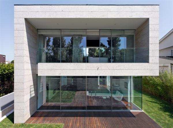 Open block the modern glass and concrete house design by for Houses for small blocks