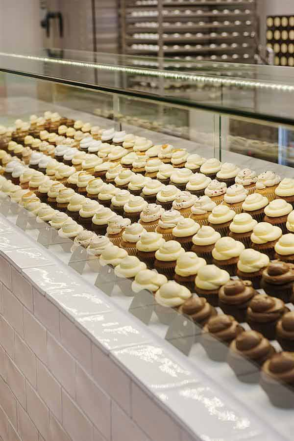 Cotemporary cupcake shop interior design and decorating ideas in melbourne australia by mim for Kitchen accessories cupcake design