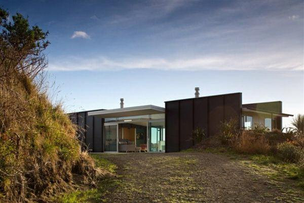 The modern minimalist pekapeka beach house design in new for Coastal home designs nz